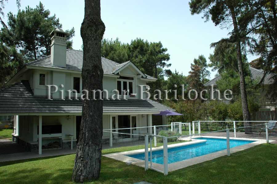 Casa En Venta En Cariló Con Pileta Frente Al Golf – 1103